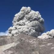 Un campeur filme une éruption spectaculaire au pied d'un volcan de Java