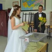 Une Turque vote en robe de mariée