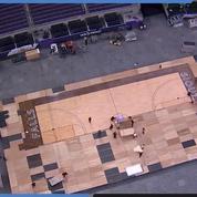 La transformation accélérée d'un terrain de foot américain en terrain de basket