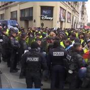 Les «gilets jaunes» présents sur les Champs-Élysées encerclés par la police