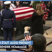 Des vétérans et des anonymes, rendent hommage à l'ancien président George H W Bush