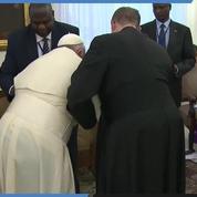 Le pape François embrasse les pieds des leaders sud-soudanais