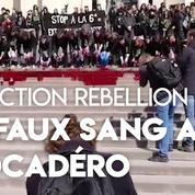 Paris : des militants écologistes déversent du faux sang sur les marches du Trocadéro