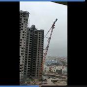 Cyclone Fani : une grue s'effondre sur des bâtiments en Inde