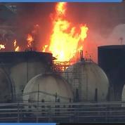 États-Unis : les images d'un impressionnant incendie dans une raffinerie