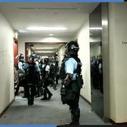 Hongkong : la police reprend le contrôle du parlement