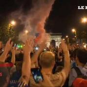 Scènes de liesse sur les Champs Elysées pour fêter les Bleus