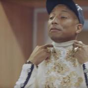 Pharrell Williams en visite dans les ateliers Chanel à Pantin