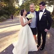 Tom Hanks prend la pose avec de jeunes mariés