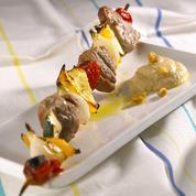 Brochettes de porc aux petits légumes, crème de pois chiches