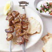 Brochettes de rognons de porc tandoori et raïta