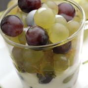 Verrine de raisins, gelée de pommes et sauce au yaourt
