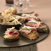 Crostini sésame pavot jambon cuit artichaut enoki de William Ledeuil