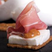 Pain aux amandes avec une tranche de mozzarella et du jambon cru, garni d'une confiture de figues