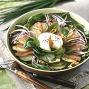 Salade de pommes de terre et thon fumé aux jeunes pousses d'épinard et pommes vertes