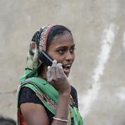 Inde : un village interdit l'usage des portables aux femmes célibataires