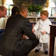 Le prince George accueille Barack Obama en pyjama et robe de chambre
