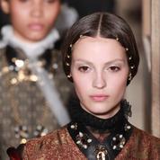 Fashion Week : les plus belles coiffures en direct des podiums haute couture