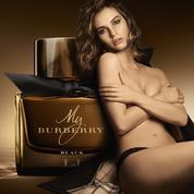 Lily James se met à nu pour Burberry