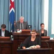 Une députée islandaise allaite son enfant à la tribune du Parlement