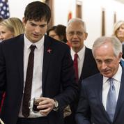Ashton Kutcher au bord des larmes lors de son discours sur le trafic d'enfants