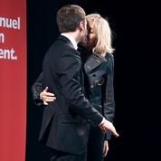 Emmanuel Macron met sa femme Brigitte sur le devant de la scène