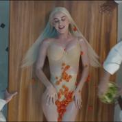 Dans son nouveau clip, Katy Perry se fait rouler dans la farine
