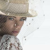 Le chapeau de paille, la nouvelle couronne de fleurs pour les mariées ?