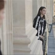Vidéo : Chanel présente sa dernière collection Métiers d'Art dans l'or du Ritz et des broderies