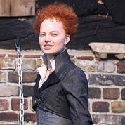 Margot Robbie sous la coiffure terrifiante d'Elizabeth I