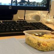 Manger au bureau serait source de stress