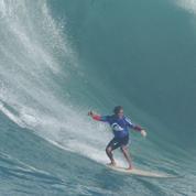 Un surfeur évite la chirurgie en plongeant dans une vague