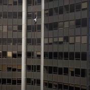 Un grimpeur de 21 ans escalade la Tour Montparnasse à mains nues (vidéo)