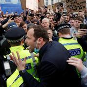 Furieux, des supporters anglais manifestent contre la Super Ligue