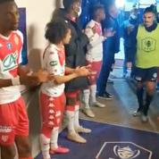 La haie d'honneur des joueurs de Monaco aux amateurs de Rumilly Vallières (vidéo)