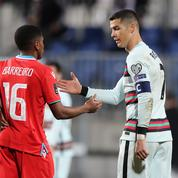 Le brassard de Cristiano Ronaldo vendu ... 64.000 euros pour aider un enfant malade