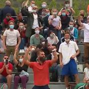 Roland-Garros : ambiance de match de football dans les tribunes pour la rencontre de double avec Benoît Paire