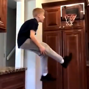Un gamin déchaîné reproduit les dunks des stars dans sa cuisine