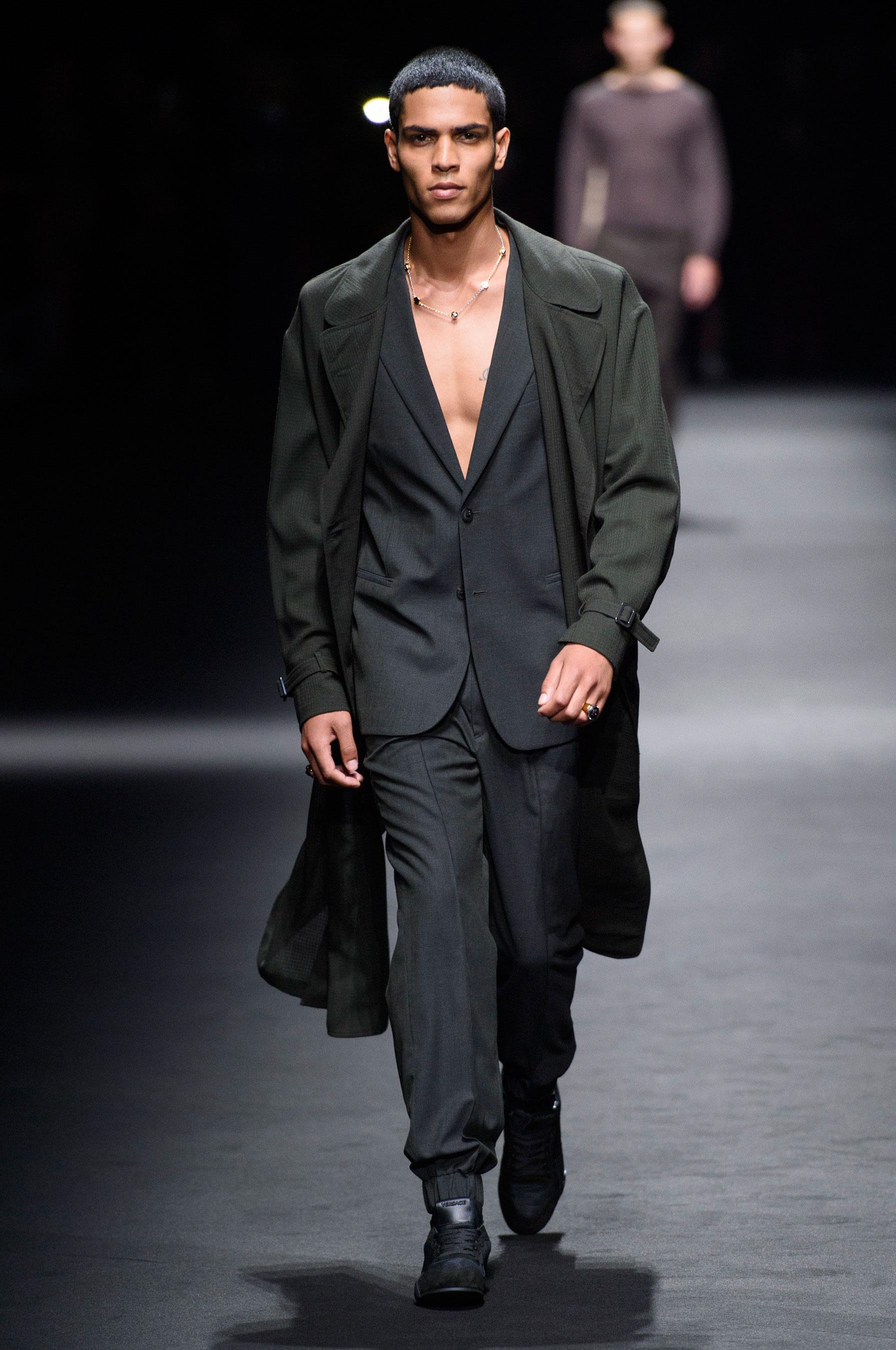 Défilé Versace Printemps-été 2017 Homme - Madame Figaro 38eebc3b341