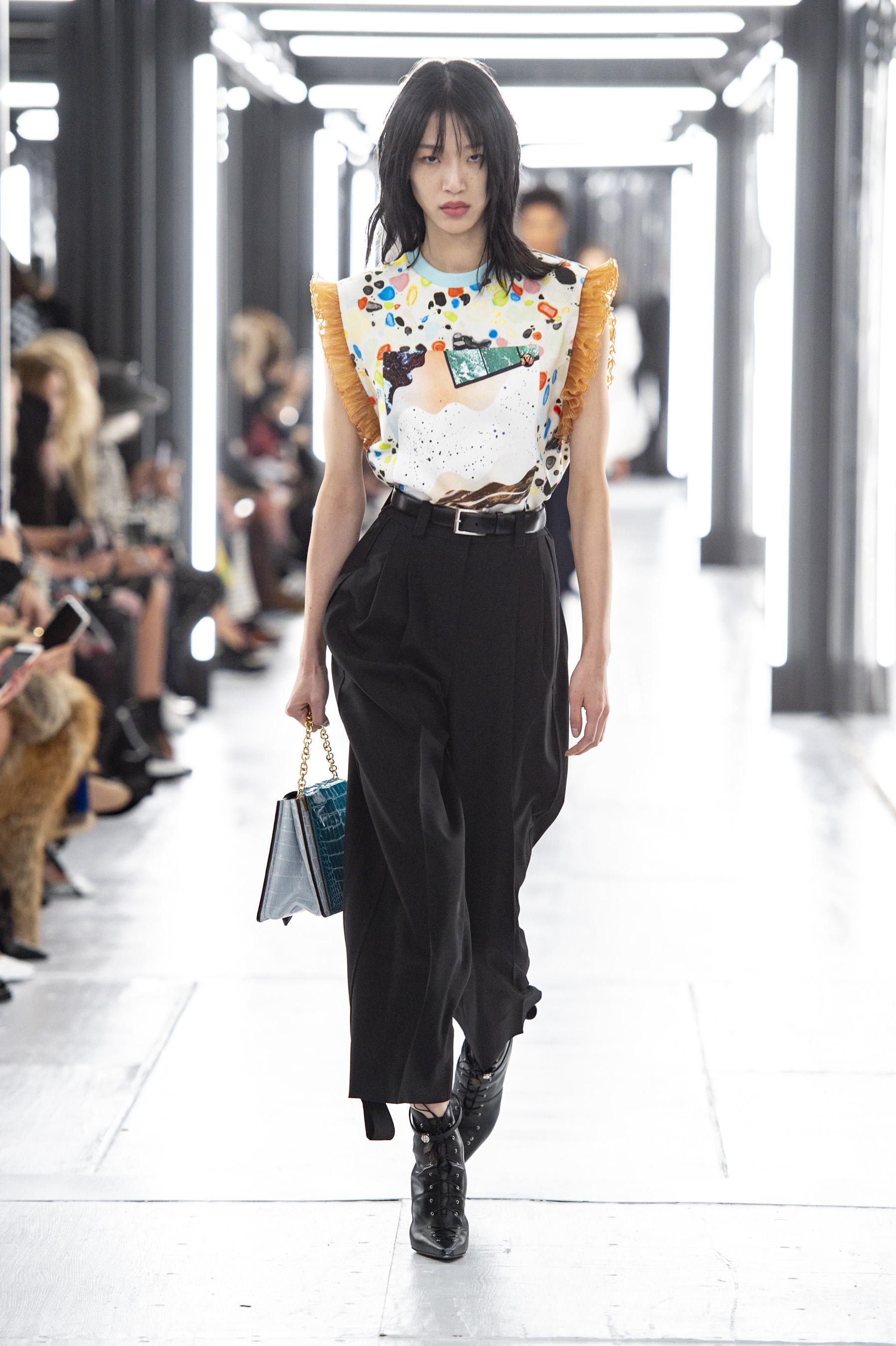 928d5e2418dd Défilé Louis Vuitton printemps-été 2019, Paris - Look 28. Défilé Louis  Vuitton Prêt-à-porter printemps-été 2019 Paris - photo 28 Imaxtree