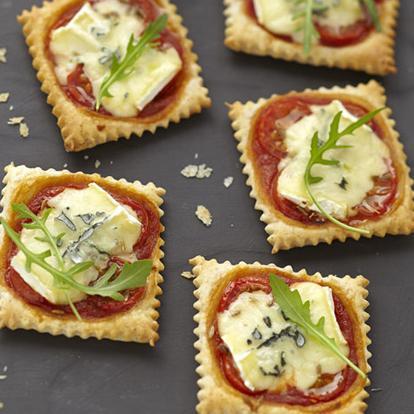 recette mini pizzas ap ritives au bleu cuisine madame figaro. Black Bedroom Furniture Sets. Home Design Ideas