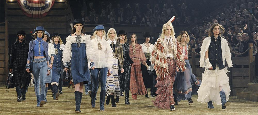 Le final du défilé Chanel Métiers d art 2013-2014 présenté mardi soir à  Dallas f44e72a2f94