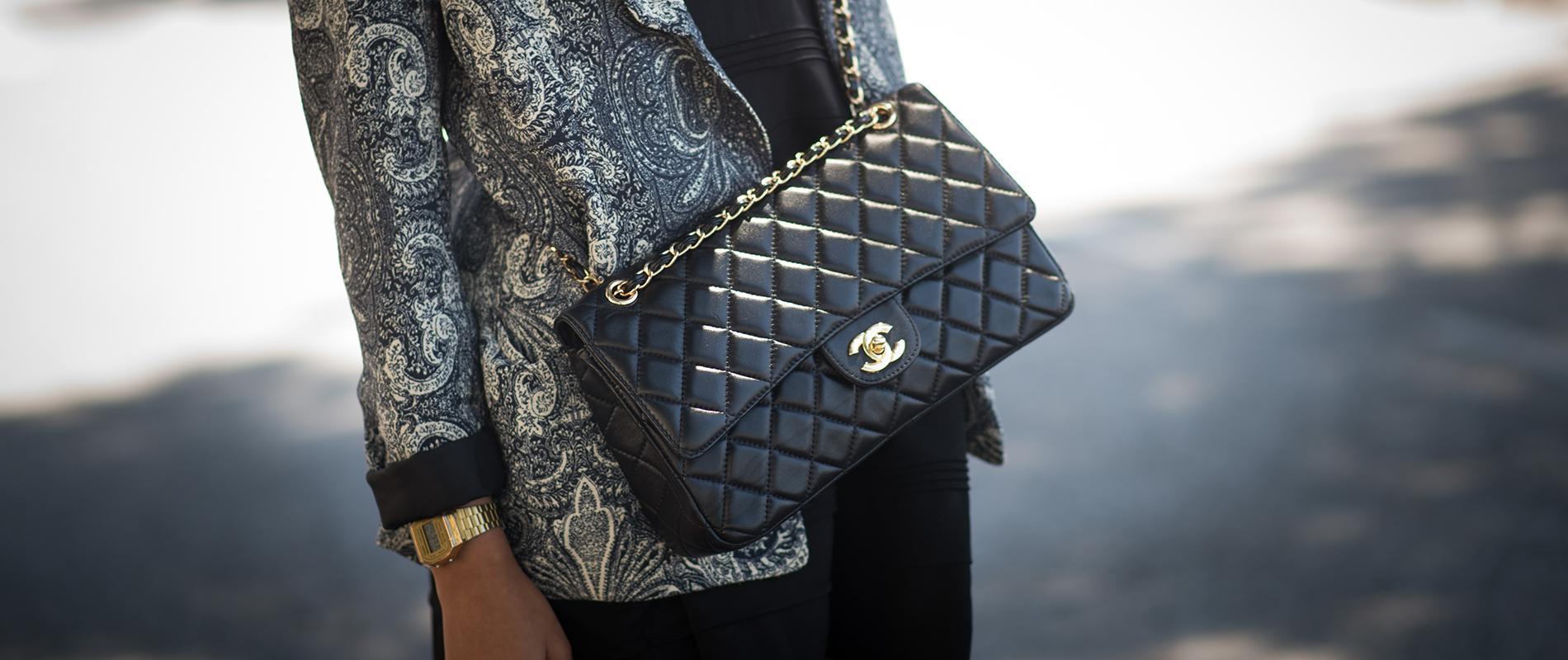 Créé en 1955, le sac Chanel 2.55 a pris 500 dollars de plus en un an. 163dc378e25