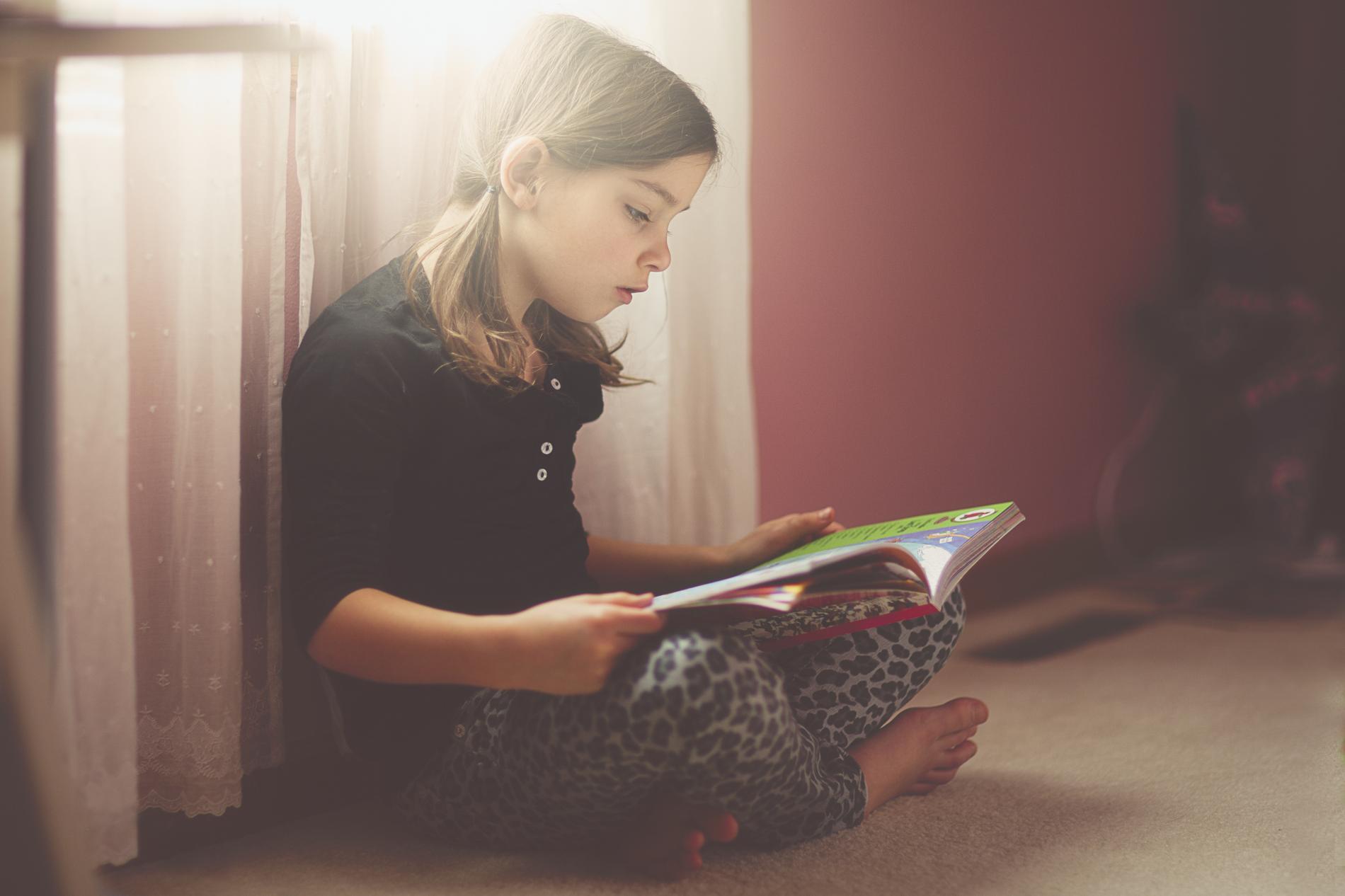 Chaque jour, un enfant passerait en moyenne 2 h 15 devant la télévision, au  lieu de lire ou de jouer avec ses copains. 17cd28663bd8