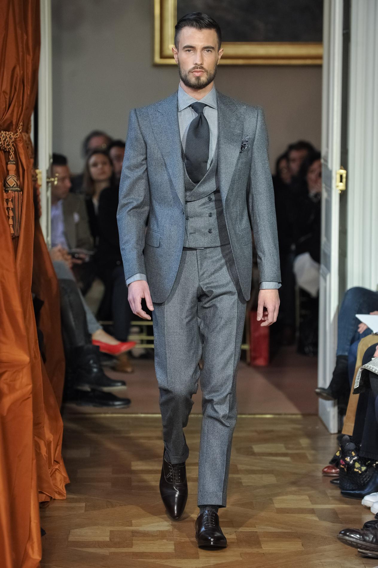 Un costume trois pièces Cifonelli, avec un gilet croisé à col châle.  (Paris, Fashion Week, janvier 2015) e607326c28c