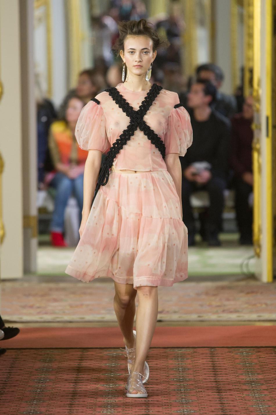 118694b3c55a0a Fashion Week de Londres, une féminité à fleur de peau - Madame Figaro