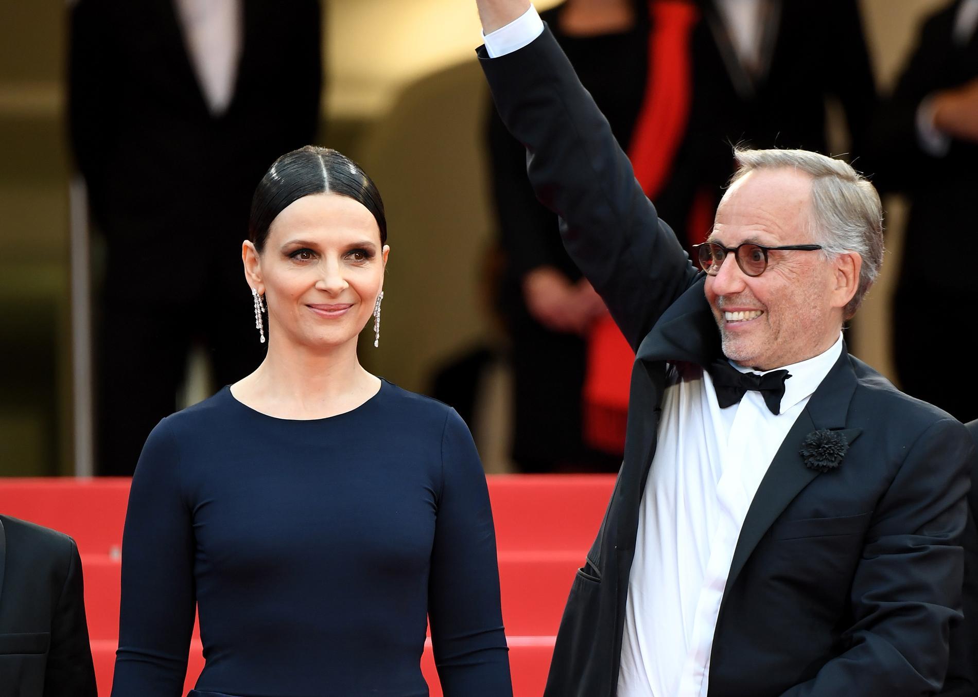 Juliette Binoche et Fabrice Luchini sur les marches de Cannes pour Ma  Loute, le film de Bruno Dumont. (Cannes, 13 mai 2016.)