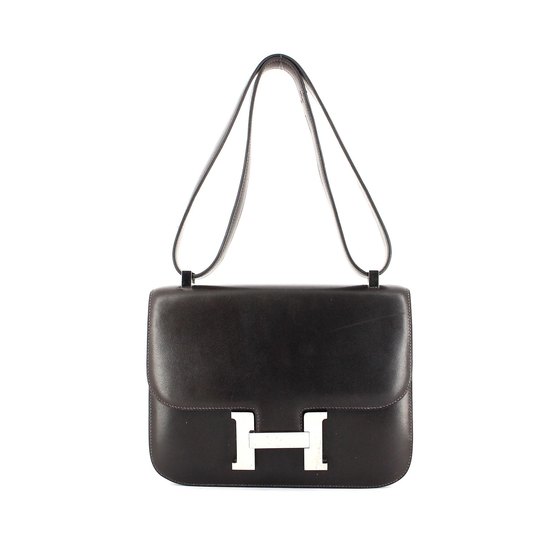 Un sac, un look   le Constance d Hermès, l indispensable bandoulière ... 4e3570e7c2a