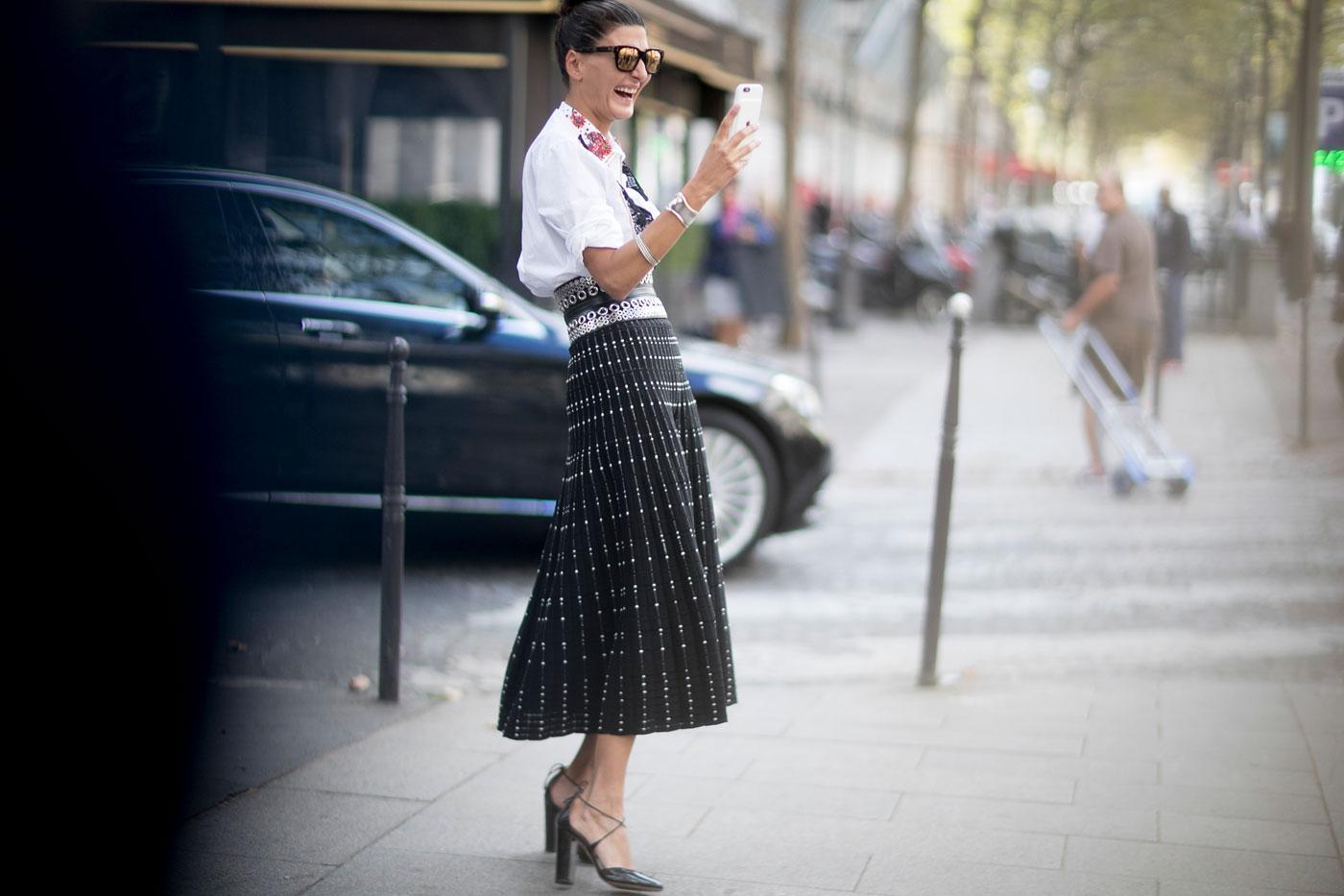 ... Trench, jeu de manches et couleurs   les tics mode des Street Style à  la Paris Fashion Week - Moqueuse ... f6f7cffef96b