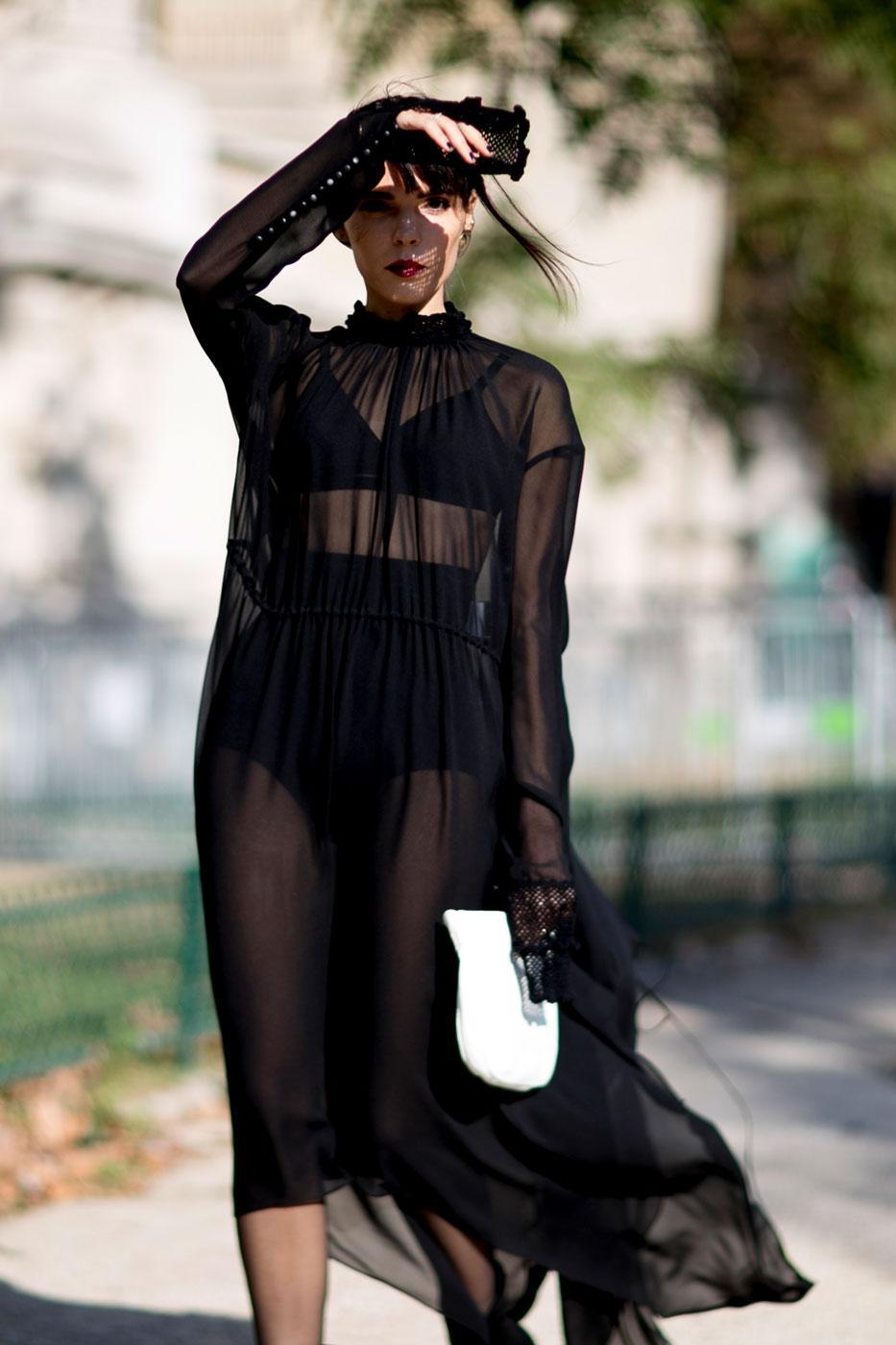 ... jeu de manches et couleurs   les tics mode des Street Style à la Paris  Fashion Week -in the navy Trench, jeu de manches et couleurs   les tics  mode des ... 527b7397dfee